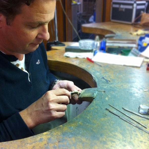 Juweeldesigner Rob Verstappen is bezig met het afwerken van de hanger